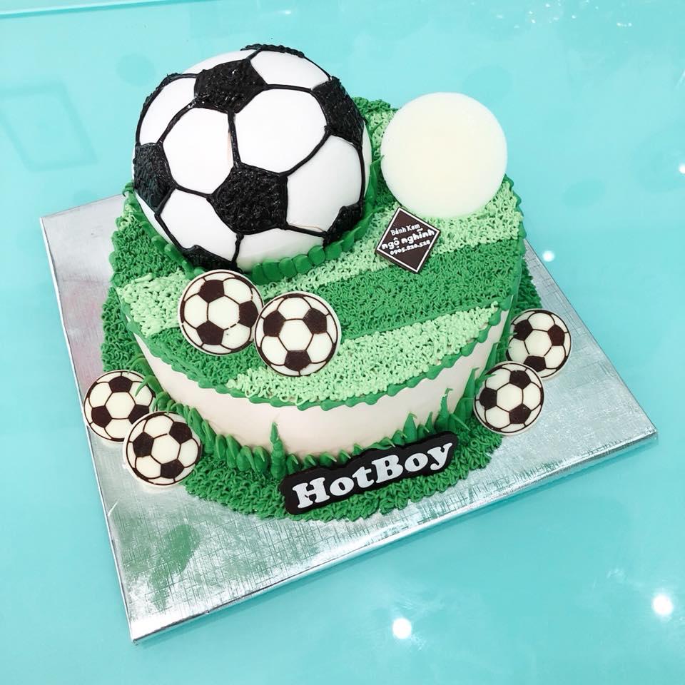 Bánh sinh nhật tròn tạo hình quả bóng trên sân cỏ ...