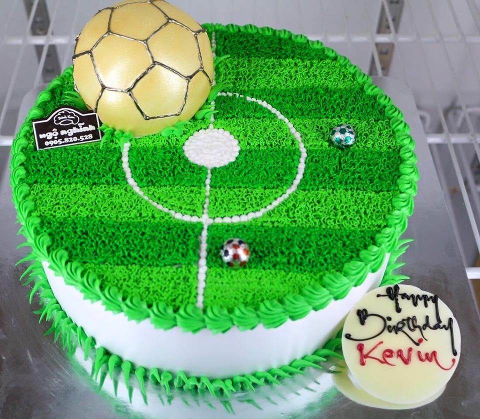 Bánh sinh nhật tạo hình quả bóng màu vàng trên sân cỏ ...